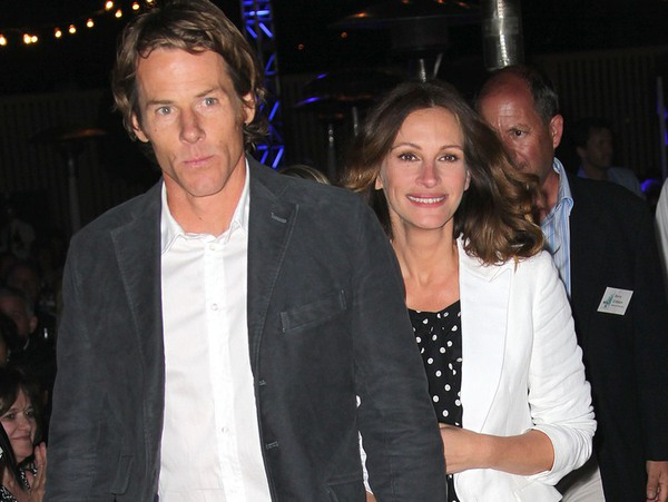 Julia Roberts on the left, with her husband, Danny Moder.