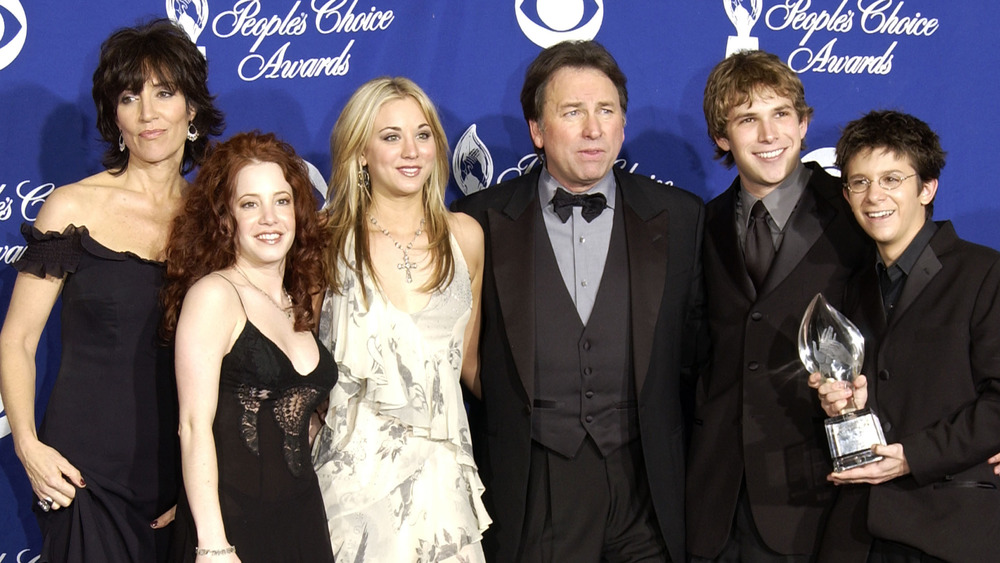Kaley Cuoco posing with the cast of 8 Simple Rules