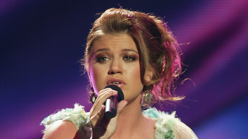 Kelly Clarkson performing in 2004